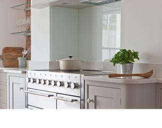 Mercury cooker in Snowdrop with a glass splashback