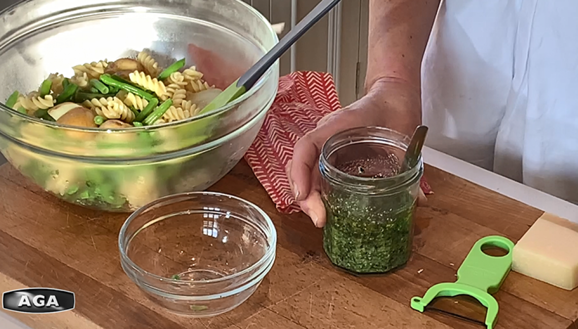 Making a pasta with green beans, potatoes and pesto